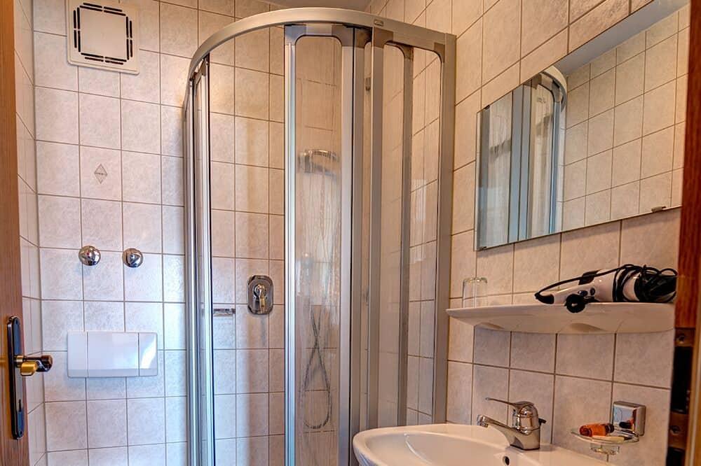 Kolmen hengen huone (with Shower) - Kylpyhuone