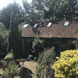 Charming cosy country cottage, barn conversion with private garden.Pets welcome