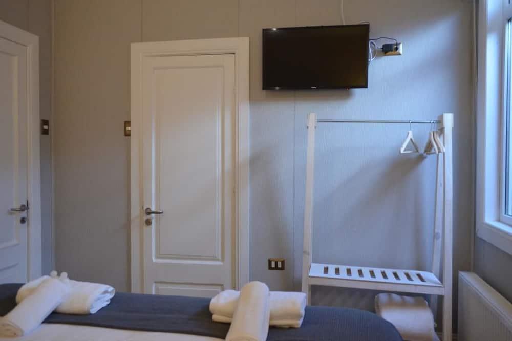 Стандартный двухместный номер с 1 или 2 кроватями, 1 двуспальная кровать «Квин-сайз» - Телевидение