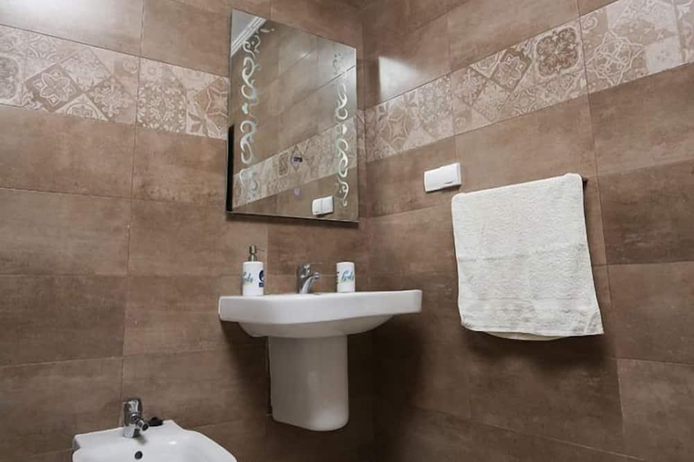Szoba két külön ággyal - Mosdó a fürdőszobában