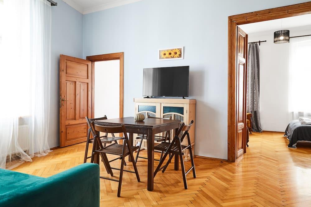 Classic Apartment, 4 Bedrooms - Living Room