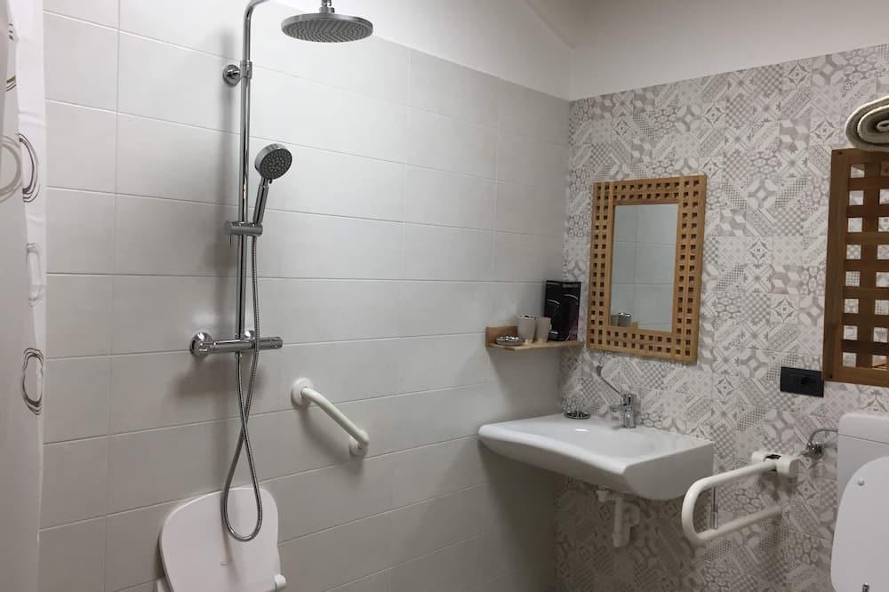 Basic szoba kétszemélyes vagy két külön ággyal, mozgássérültek számára is hozzáférhető - Fürdőszoba