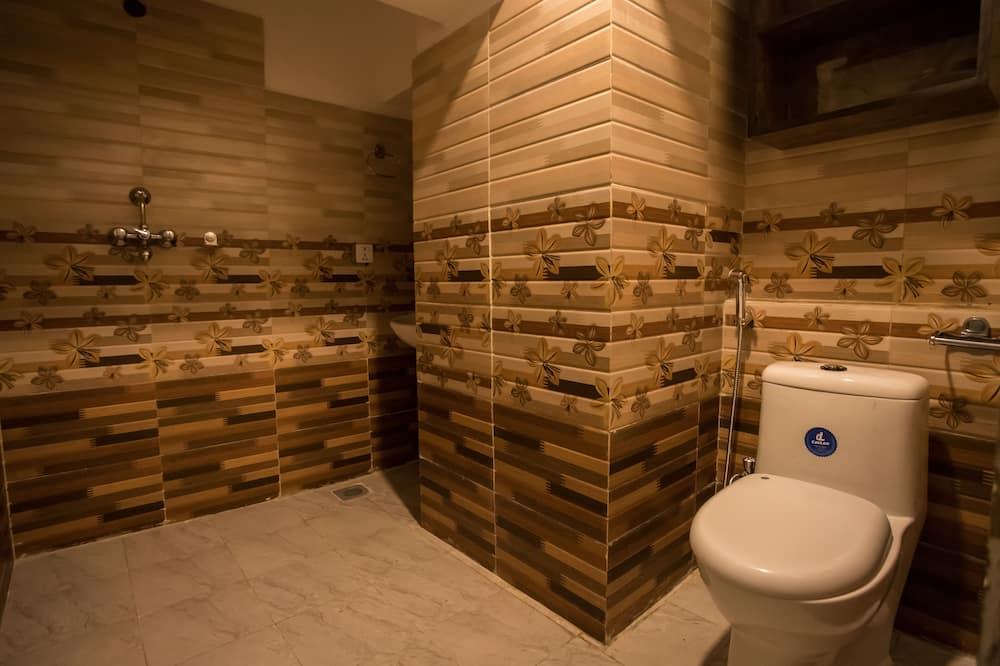 Standard Twin Room, Smoking, Courtyard View - Bathroom