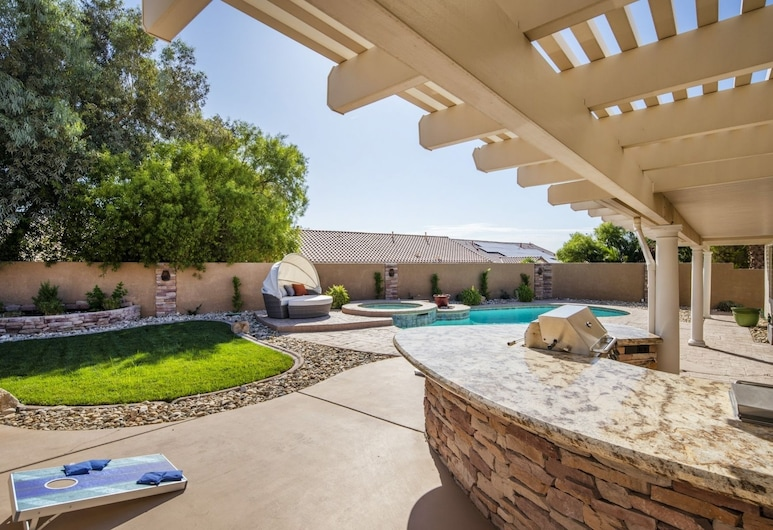 Amazing 4 Bd Las Vegas Home w/ Pool & Spa!, North Las Vegas, Pool