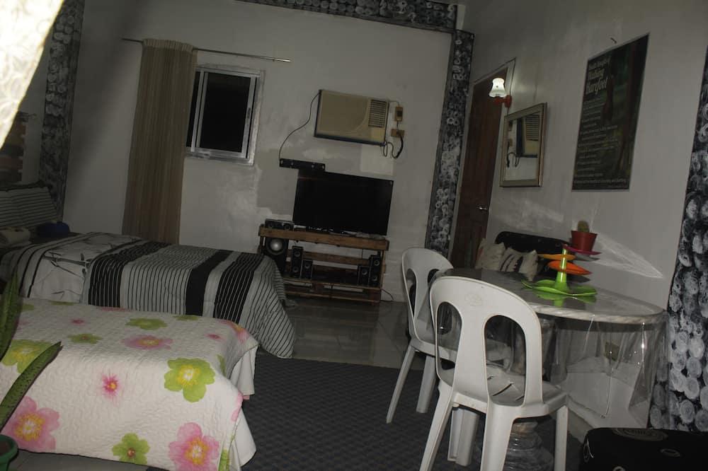 Kambarys šeimai, Kelios lovos, atskiras vonios kambarys - Svetainė