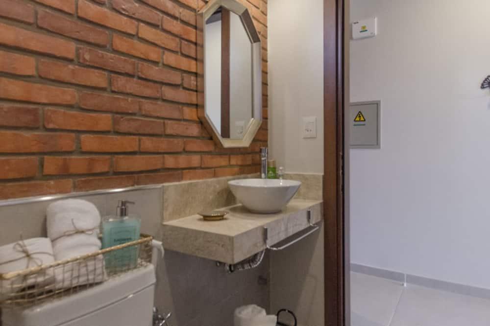 ดีไซน์สตูดิโอ, เตียงควีนไซส์ 1 เตียง และโซฟาเบด - ห้องน้ำ