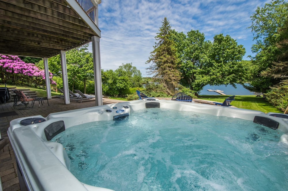 House, Multiple Beds, Fireplace - Private spa tub