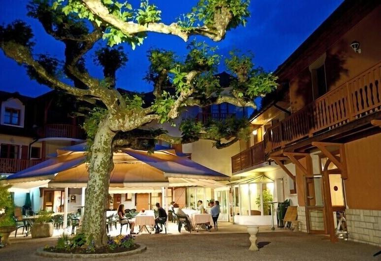 Hotel Restaurant Les Bergeronnettes, Champagneux, Courtyard