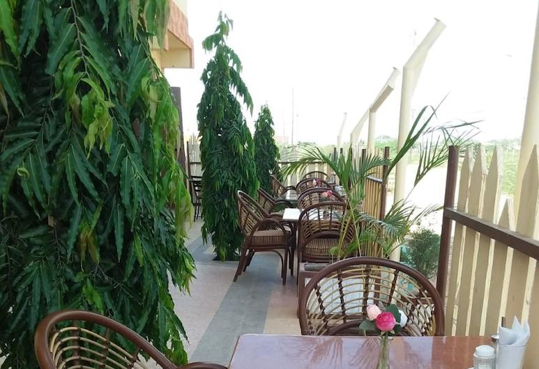 Tana Palace Hotel, Bura, Ruokailutilat ulkona