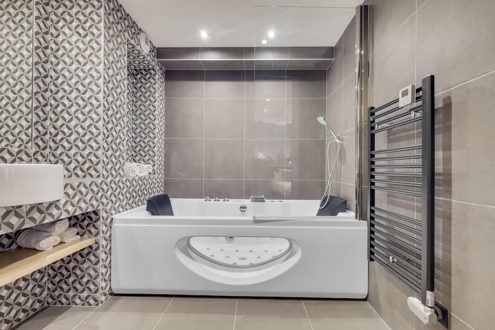 Superior Triple Room, Jetted Tub - Bathroom