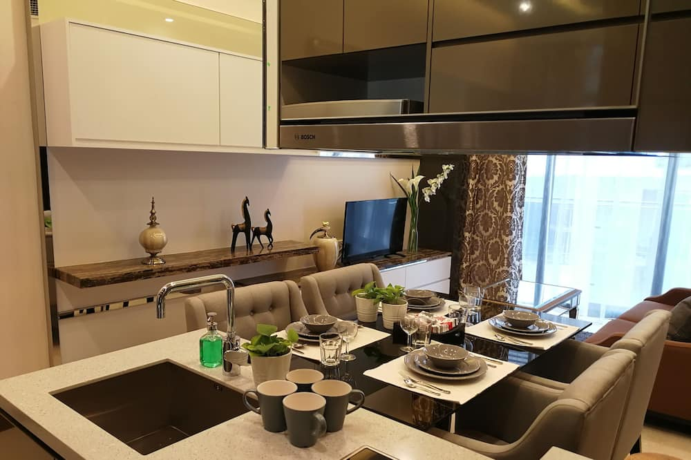Apartment, 2 Bedrooms (R075) - Living Area