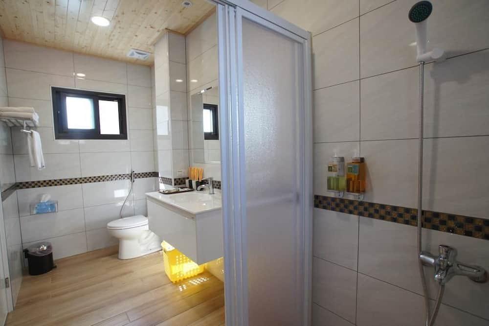 Quadruple Room, Balcony - Bilik mandi