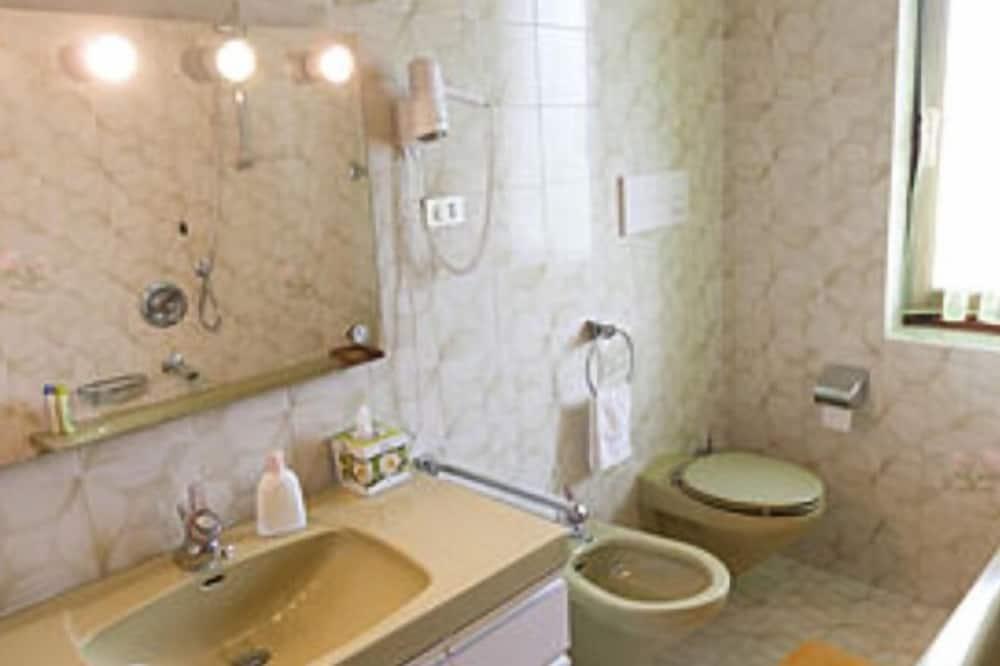 Deluxe Double or Twin Room (Verde) - Bathroom