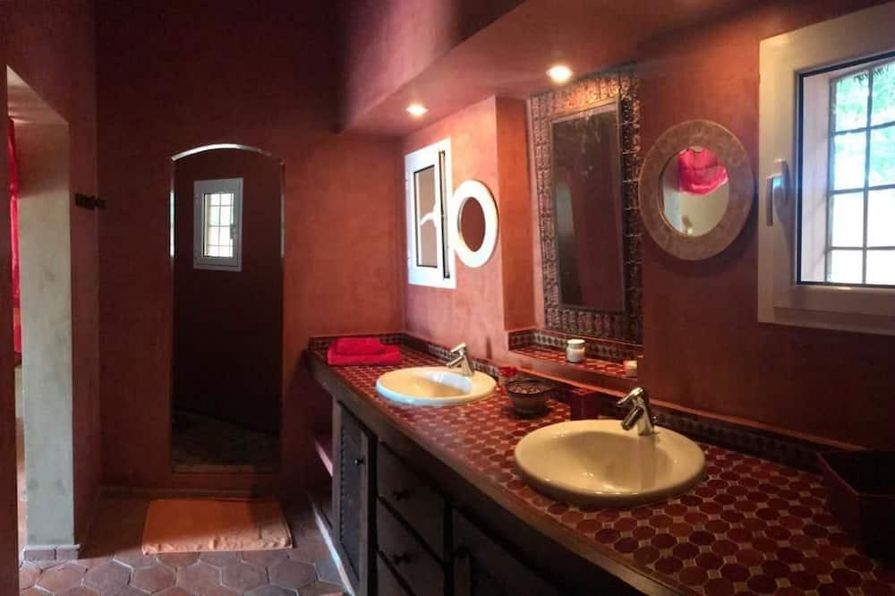 Бунгало «Комфорт», вид на бассейн - Ванная комната