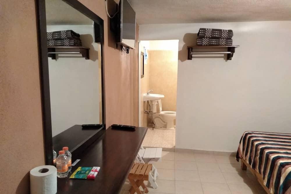 Family Room, 2 Queen Beds - Bathroom