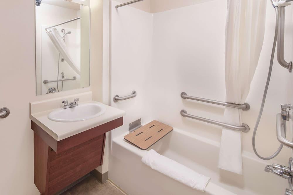 Chambre, 1 grand lit, accessible aux personnes à mobilité réduite, non-fumeurs (Roll In Shower) - Salle de bain