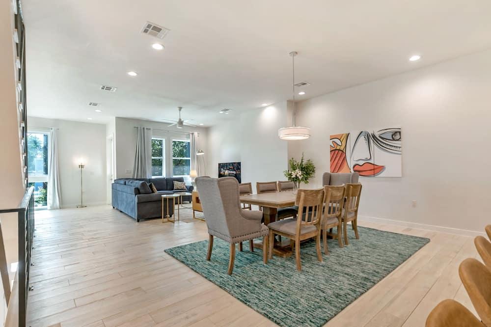 وحدة سكنية متصلة فاخرة - ٤ غرف نوم - بشرفة - تناول الطعام داخل الغرفة