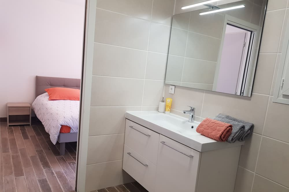 Tek Büyük Yataklı Oda - Banyo Lavabosu