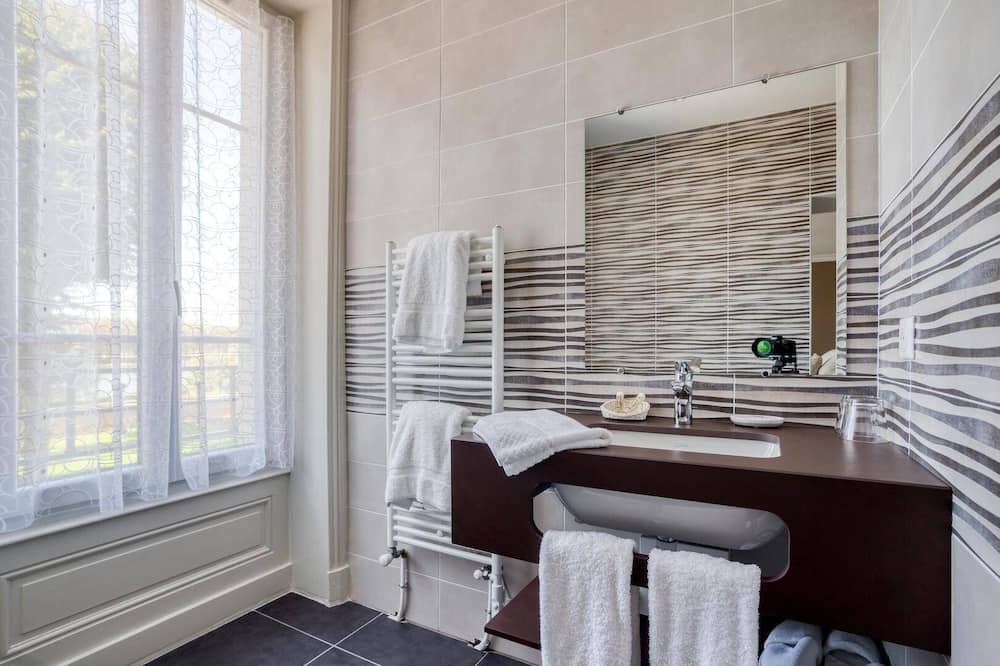 Double or Twin Room, Ensuite, River View (CEDRE) - Bathroom