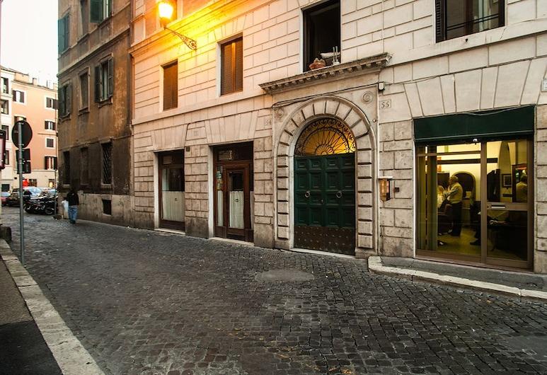 Casa Cornacchie, Rome, Depan hartanah