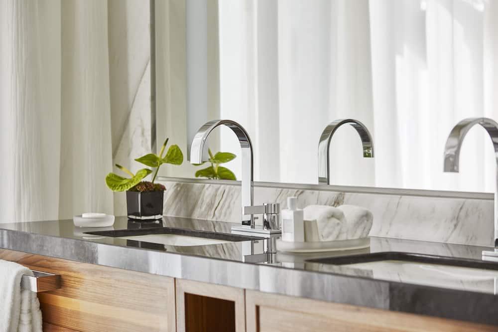 Premier Room, 2 Double Beds - Bathroom