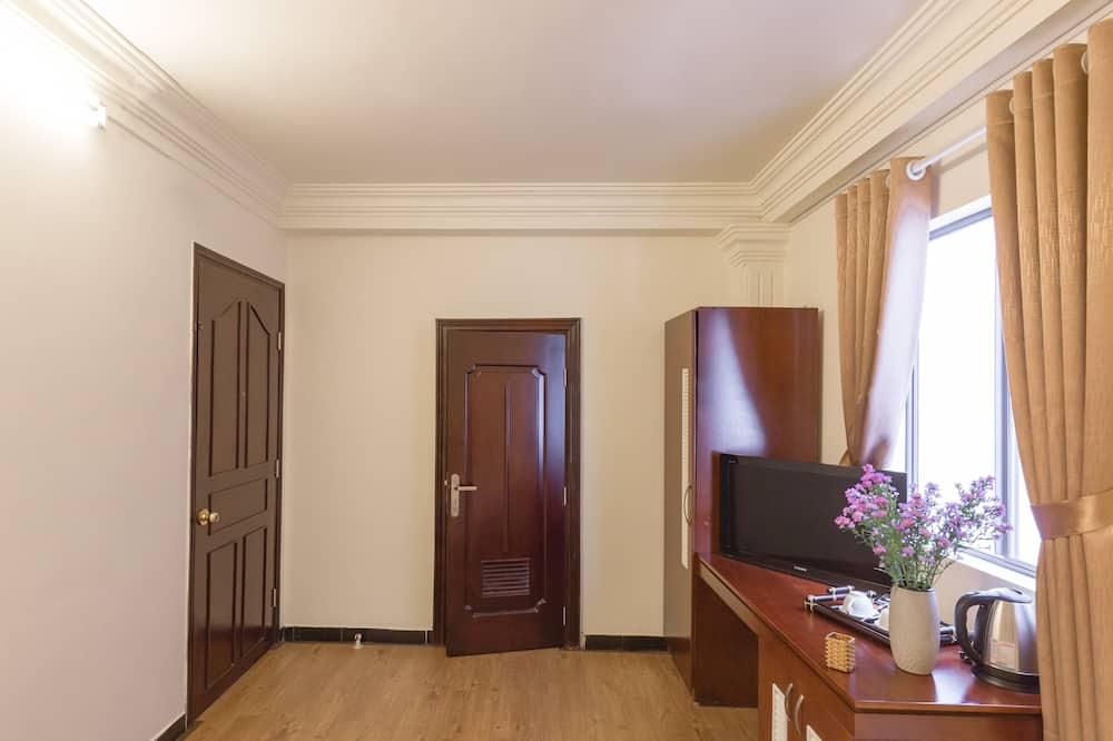 Premium Triple Room, Balcony, City View - Living Area