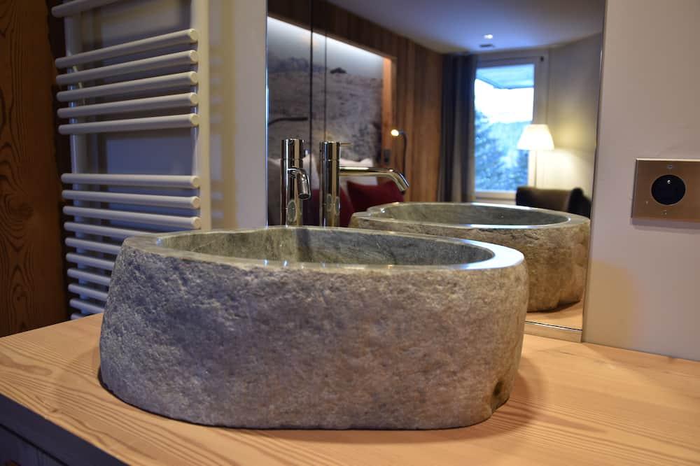 Premium Double Room, 1 Queen Bed - Bathroom Sink