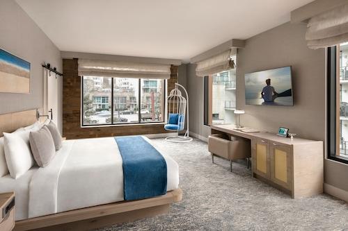 北溫哥華海濱酒店/
