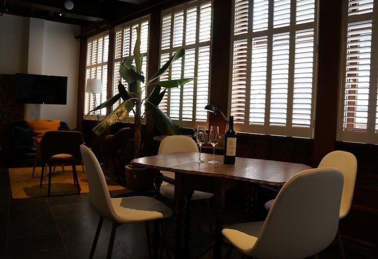 Charming Suites Jan Zonder Vrees, Antwerpen, Luxurious Holy Roman Empire Suite, Essbereich im Zimmer