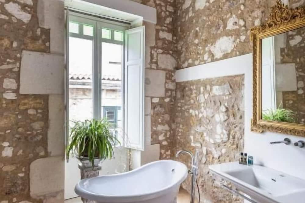 Deluxe Double Room, Bathtub (3) - Bathroom