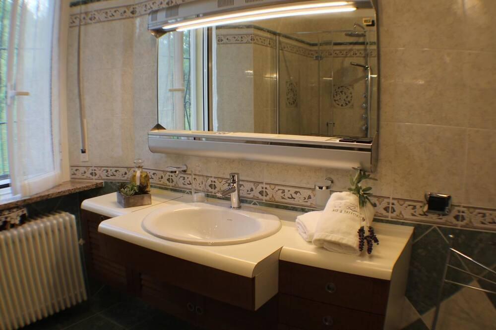 Doppelzimmer (Lavanda) - Waschbecken im Bad