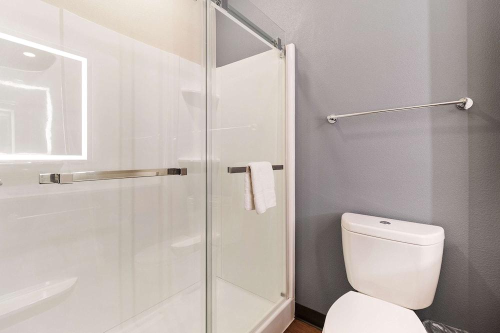 Standard Studio, 1 Queen Bed, Non Smoking, Refrigerator (Microwave) - Bathroom