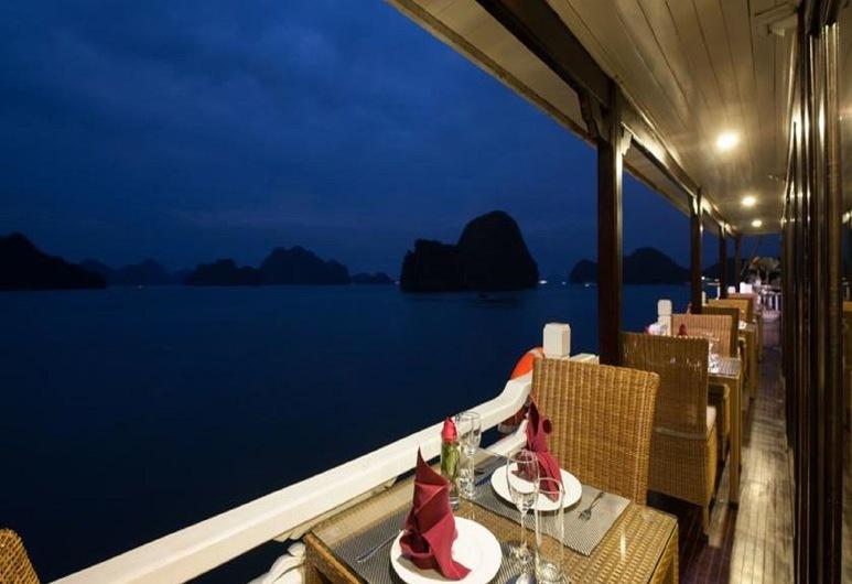 Halong Canary Cruise, Ha Longas, Vakarienės lauke