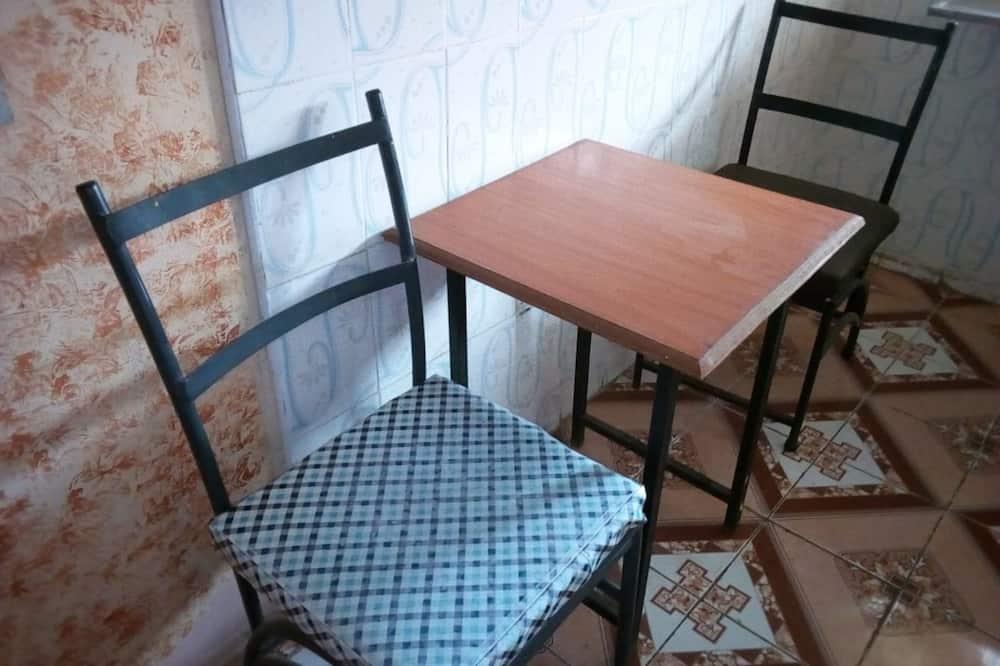 Kambarys (1 dvigulė / 2 viengulės lovos) - Vakarienės kambaryje