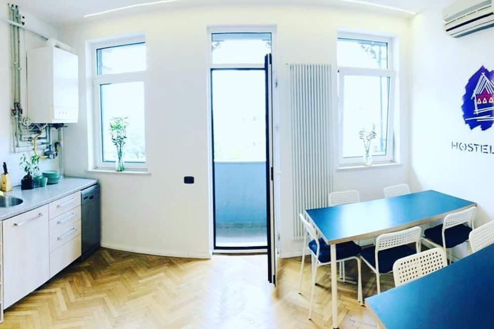 Kamar Quadruple, asrama campuran, kamar mandi umum (Green) - Dapur bersama
