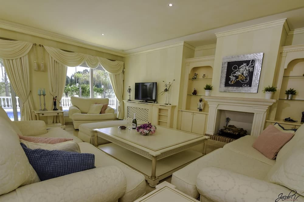 Villa, 5 Bedrooms - Living Room