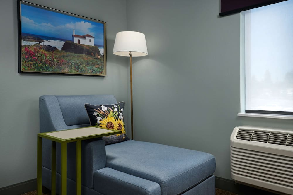 Room, 1 King Bed, Non Smoking, Refrigerator - Living Area