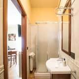 Triple Room, Courtyard View - Bathroom