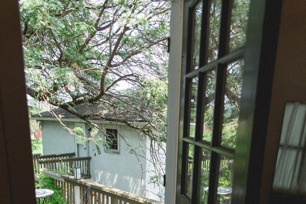 Premium-suite - pejs i værelset - udsigt til have - Altan