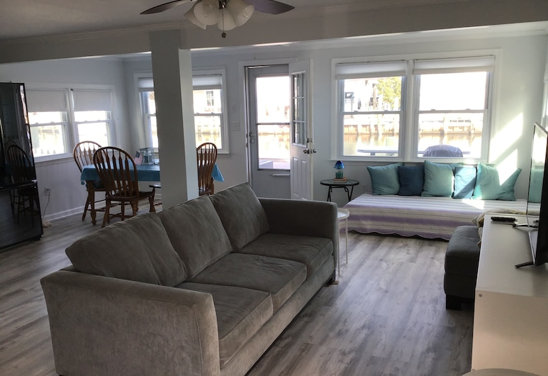 Beautiful & Cozy Waterfront Jersey Home, Bayville, Living Room