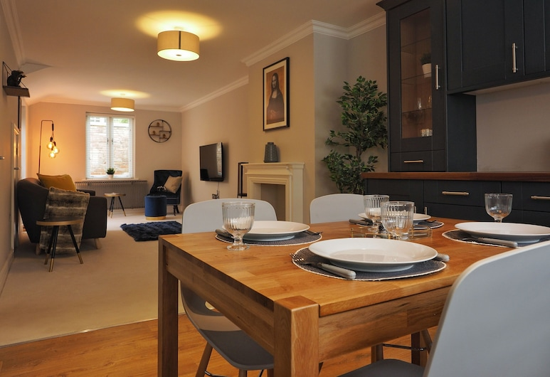 Cotswold's Finest by Ondemand Property, Cheltenham, Exclusive House, Ensuite, Lounge