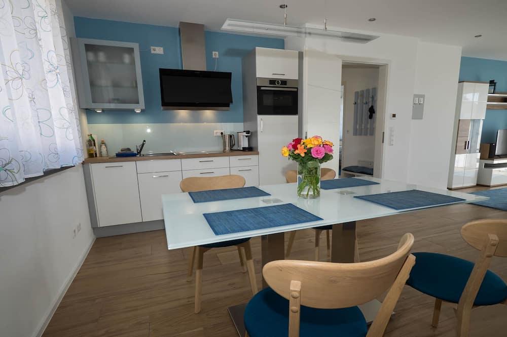 Lägenhet Comfort - utsikt mot trädgården - Matservice på rummet