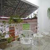חדר סופריור זוגי, מיטת קינג, חדר רחצה פרטי, אזור החצר (#5) - מרפסת