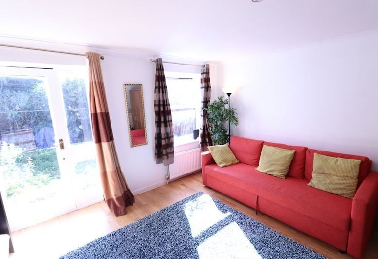 A Quiet Residential 3 Bedroom Family House b/w Kings Cross and Camden Town, London, Basic House, Private Bathroom, Lounge