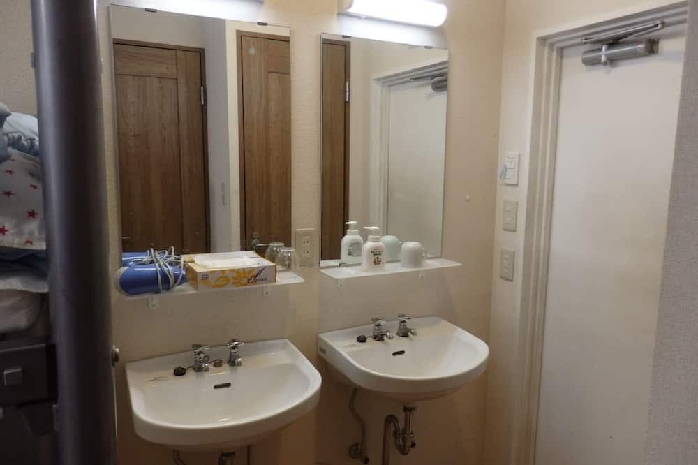 חדר מעונות משותף, גברים בלבד - חדר רחצה