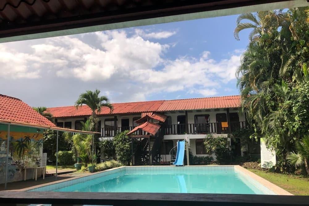 Dvoulůžkový pokoj, více lůžek, výhled na bazén - Balkón