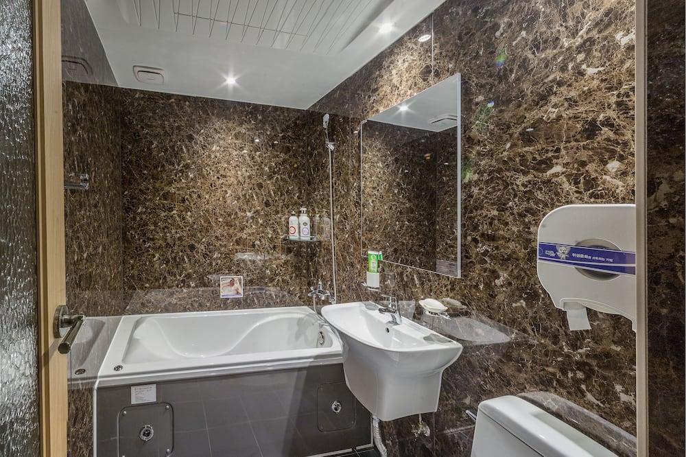 Улучшенный двухместный номер с 2 односпальными кроватями (9 PM Check-in on Sat/Sun) - Ванная комната