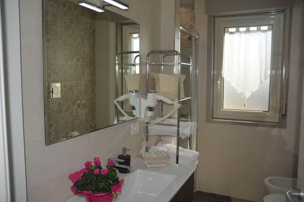Deluxe Room, Shared Bathroom - Bathroom