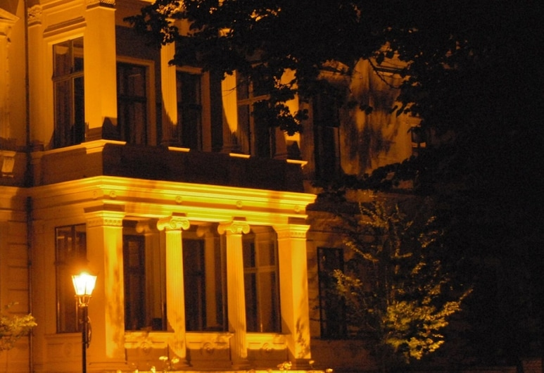 Boarding-Potsdam, Potsdam, Hotel Front – Evening/Night