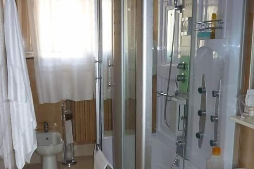 Pokoj se dvěma jednolůžky, 2 jednolůžka, společná koupelna (Oasi) - Koupelna